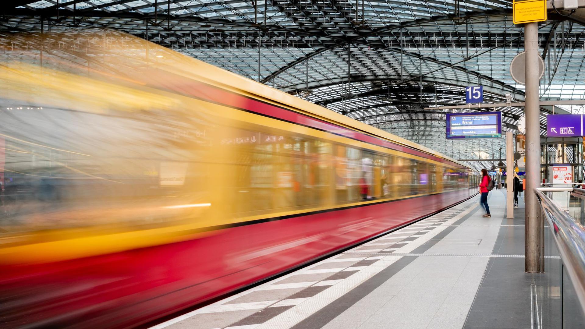 Viele Menschen in Deutschland wünschen sich ein größeres und günstigeres Angebot im Nahverkehr.