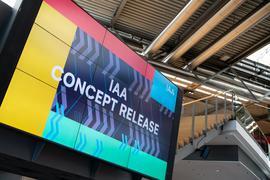 Ein Monitor auf dem Gelände der Messe München während einer Pressekonferenz zur Vorstellung des Konzeptes für die Internationale Automobilausstellung (IAA) 2021 zu sehen.