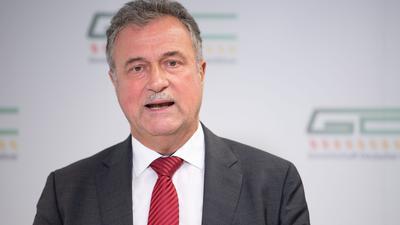 Claus Weselsky, Vorsitzender der Gewerkschaft Deutscher Lokomotivführer (GDL), spricht während einer Pressekonferenz.