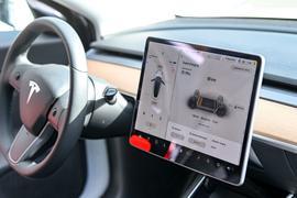 Auf einem Display im Cockpit eines Tesla ist das Ladeprogramm zu sehen