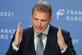 """Christian Sewing, Vorstandsvorsitzender der Deutschen Bank, spricht auf der Bankenkonferenz """"Frankfurt Euro Finance Summit 2021"""" im Frankfurter Hilton Hotel."""