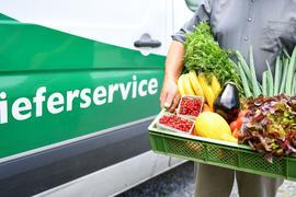 """Lieferung einer """"Bio-Kiste"""" mit Gemüse und Obst aus biologischem Anbau."""