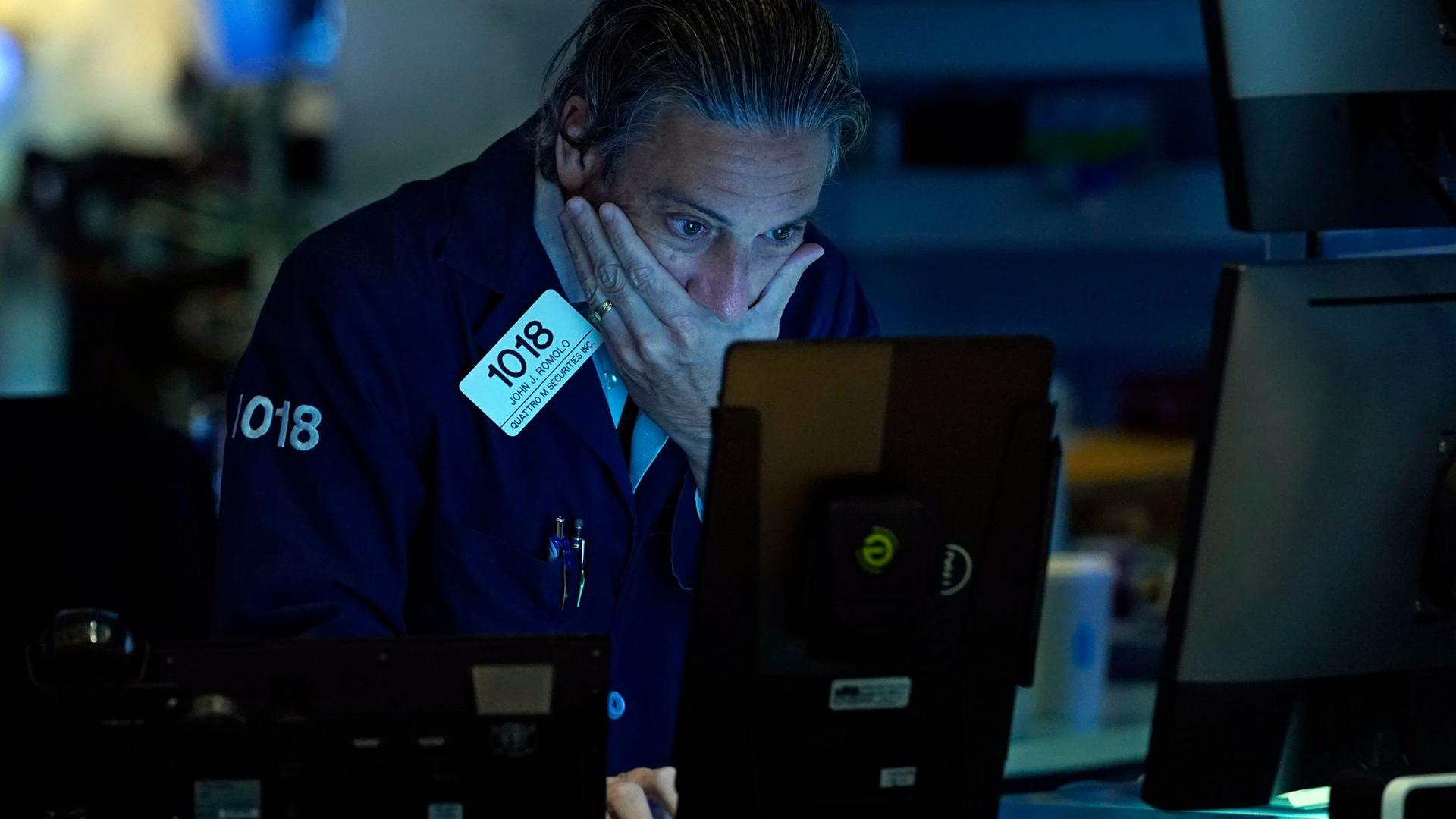 John Romolo, Börsenhändler, arbeitet auf dem Parkett der New Yorker Börse. Die mit Spannung erwarteten Inflationsdaten aus den USA haben den Notierungen an der Wall Street keinen Anschub verliehen.