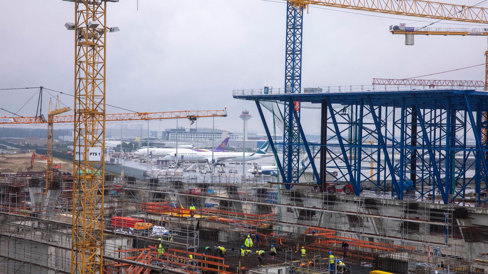 Aktuell laufen die Arbeiten für das Stahldach des Hauptgebäudes.