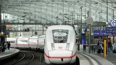 Die Deutsche Bahn und die Lokführergewerkschaft GDL haben sich nach einem Streik auf einen Tarifvertrag verständigt.