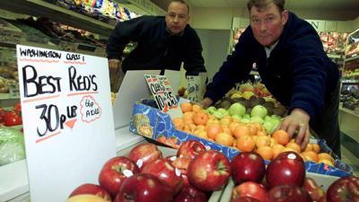 Zeiten ändern sich: Der Lebensmittelhändler Steven Thoburn (r) wurde 2001 zu einer Geldbuße verurteilt, weil er Bananen im Wert von 34 Pence (heute 40 Cent) nicht in Kilogramm angegeben hatte.