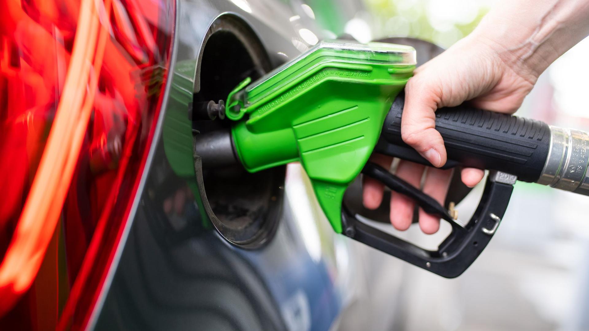 Der CO2-Preis wird sich in Zukunft beim Tanken bemerkbar machen. Verbraucherschützer fordern einen sozialen Ausgleich.