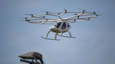 Ein Volocopter hebt ab - elektrisch angetrieben.