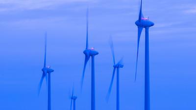 Windkraftanlagen drehen sich in Mecklenburg-Vorpommern.