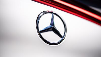 Der Autobauer Daimler steigt zur Versorgung seiner Elektroautos in die Batteriezell-Allianz der französischen Großkonzerne Stellantis und Totalenergies ein.