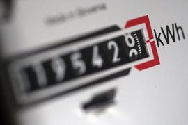 Ein Stromzähler zeigt in einem Mietshaus die verbrauchten Kilowattstunden an