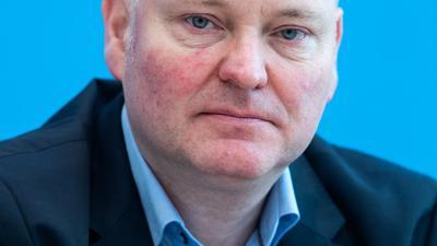 Achim Truger weist Kritik zurück, eine Anhebung des Mindestlohns auf 12 Euro könne Jobs kosten.