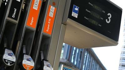 Ab Oktober soll ein Energiekostenvergleich an Tankstellen Autofahrer darüber informieren, wie viel sie mit einem anderen Antrieb zahlen müssten.