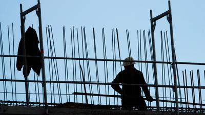 Die Bau-Gewerkschaft ruft in der festgefahrenen Tarifrunde erneut einen Schlichter an.