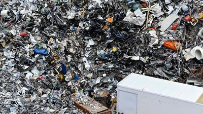 Blick auf einen Schrottplatz: Zum permanenten Konsum trägt auch bei, dass viele Produkte bewusst so entwickelt werden, dass sie schnell verbraucht und nicht reparabel sind.