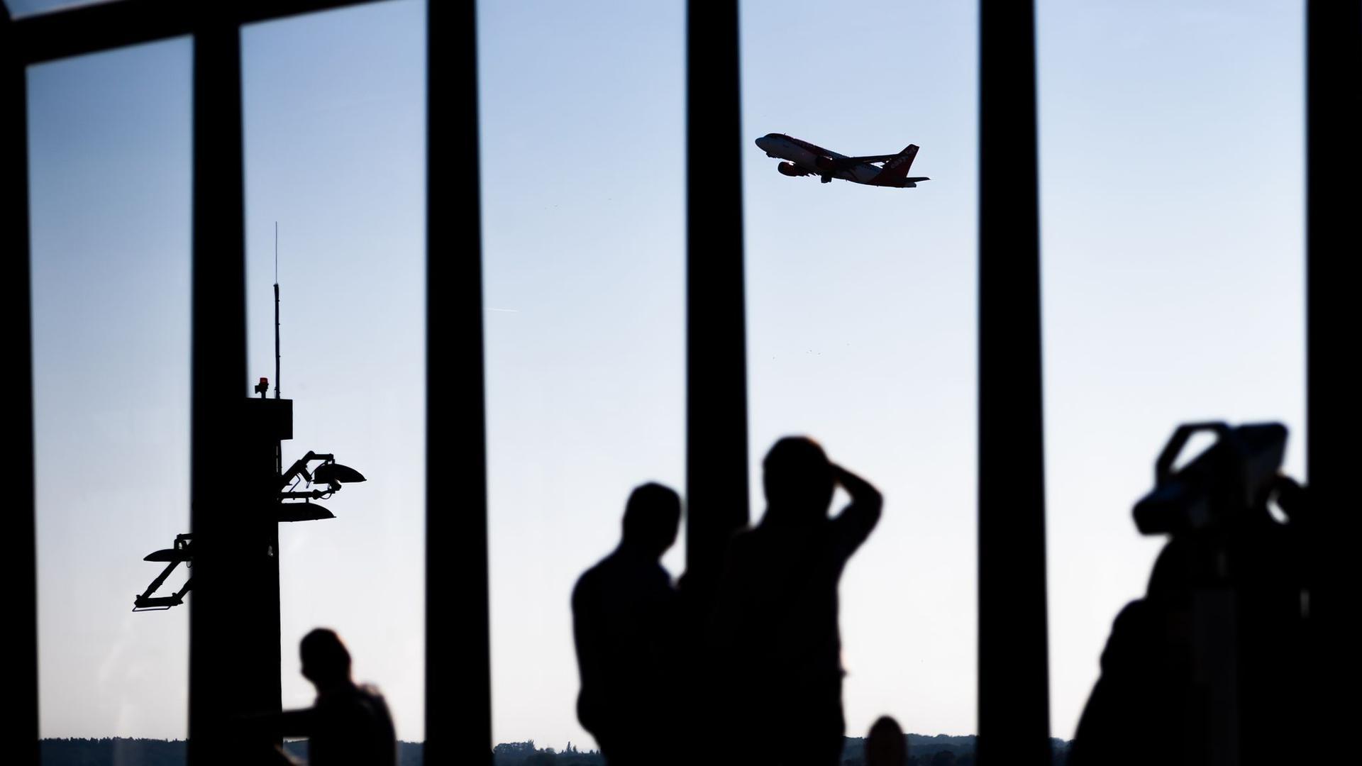 Blick von der Besucherterrasse am Berliner Flughafen auf ein startendes Flugzeug.