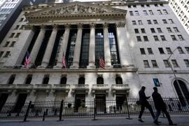 Fußgänger gehen an der New Yorker Börse in New Yorks Financial District vorbei. (Archivbild)