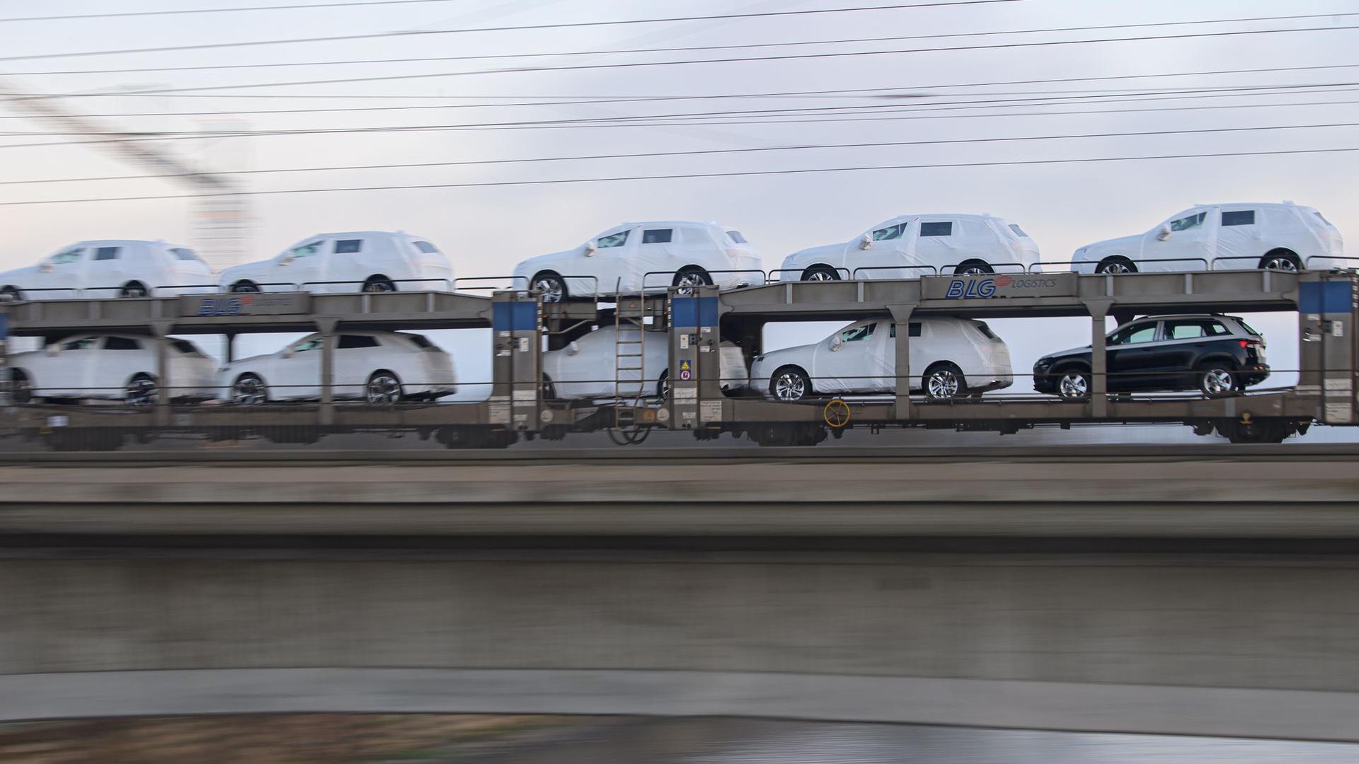 Ein Güterzug mit Neuwagen fährt über die Marienbrücke in Dresden.