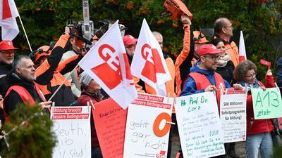 Mitglieder der Gewerkschaft Erziehung und Wissenschaft (GEW) und IG BAU demonstrieren am Rande der zweiten Verhandlungsrunde im Tarifkonflikt des Öffentlichen Dienstes.