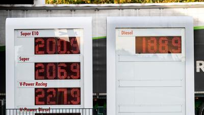 Die Preisanzeige einer Tankstelle zeigt an:Spritpreise in Deutschland befinden sich auf einem Allzeithoch.