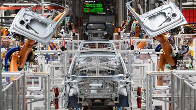 Maschine statt Mensch: Roboter montieren Türen eines Autos.