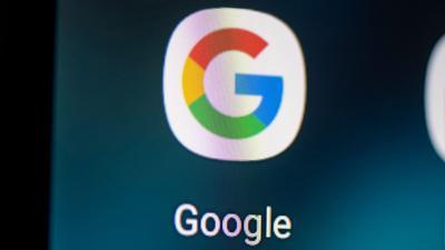 Auf dem Bildschirm eines Smartphones sieht man das Logo der App Google.
