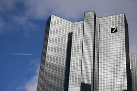 Wolken ziehen über die Zentrale der Deutschen Bank in Frankfurt.