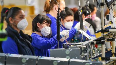 Mitarbeiterinnen des Daikin-Werks im tschechischen Pilsen.