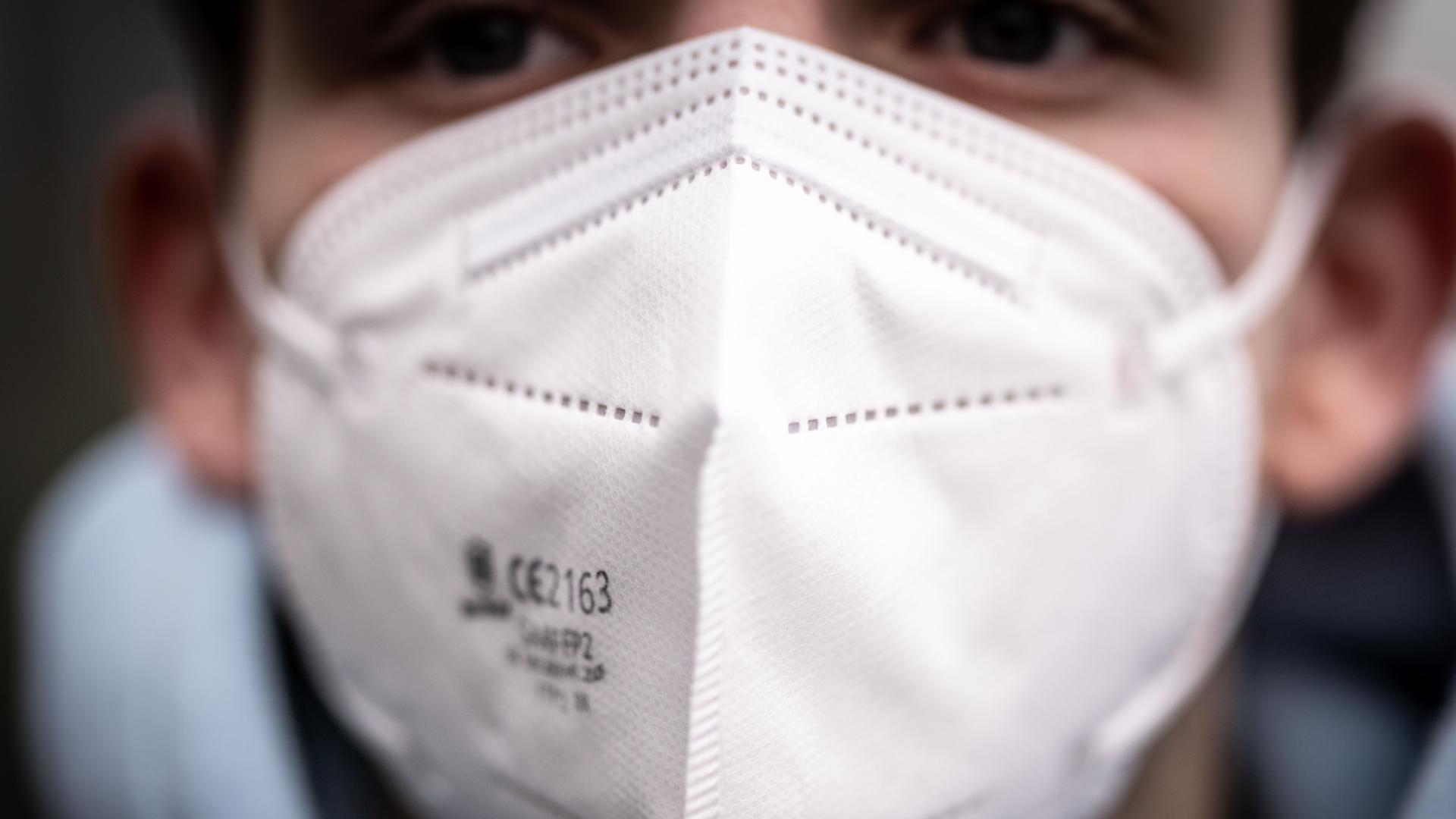 Ein Mann träft eine FFP2-Maske.
