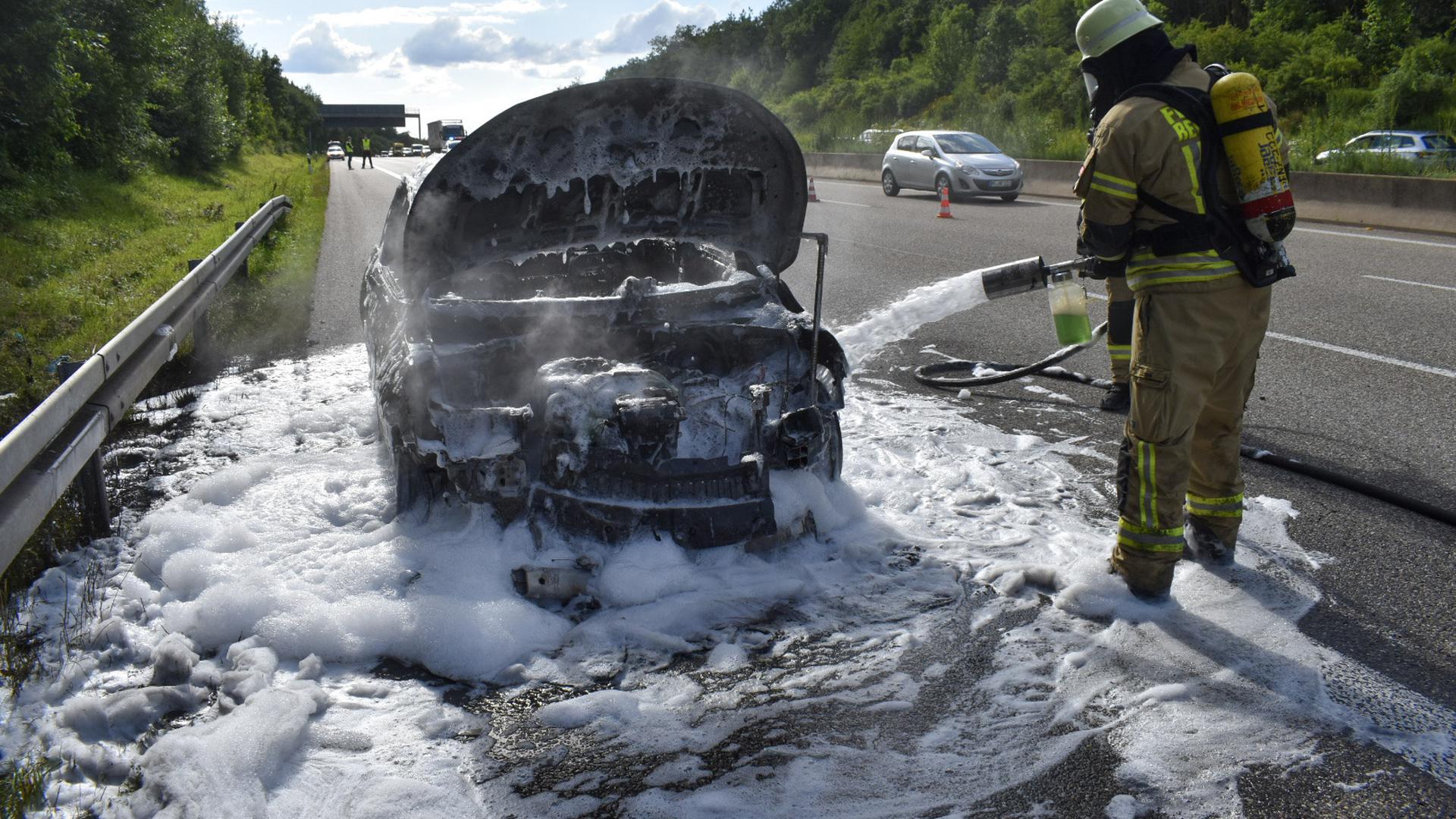 Ausgebranntes Auto, Fahrzeugbrand, Löscharbeiten auf der A8 bei Pforzheim-West