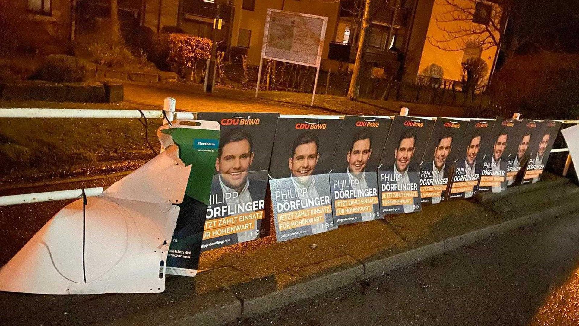 Wahlplakat-Vandalismus: An einem Straßengeländer in Pforzheim werben mehrere Plakate in geschlossener Kette für die CDU.  Ein Plakat der Grünen daneben wurde stark beschädigt.