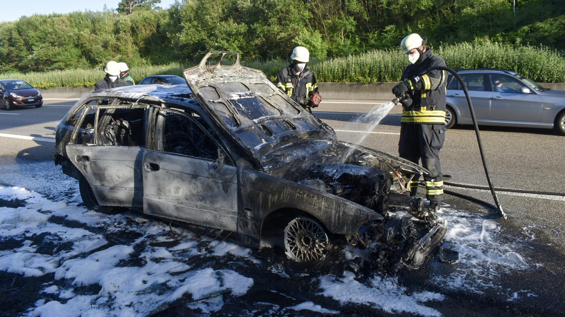 Feuerwehr löscht ein Auto, das auf der A8 bei Pforzheim in Brand geriet
