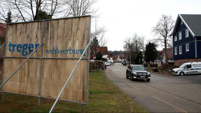 Ein Großplakat an einer Straße, von hinten fotografiert. In der Gemeinde Engelsbrand (Wahlkreis Pforzheim) gilt seit vielen Jahren eine Selbstverpflichtung der Ortsparteien zur Plakatier-Abstinenz. Ein Landtagskandidat hat sich jetzt darüber hinweg gesetzt.
