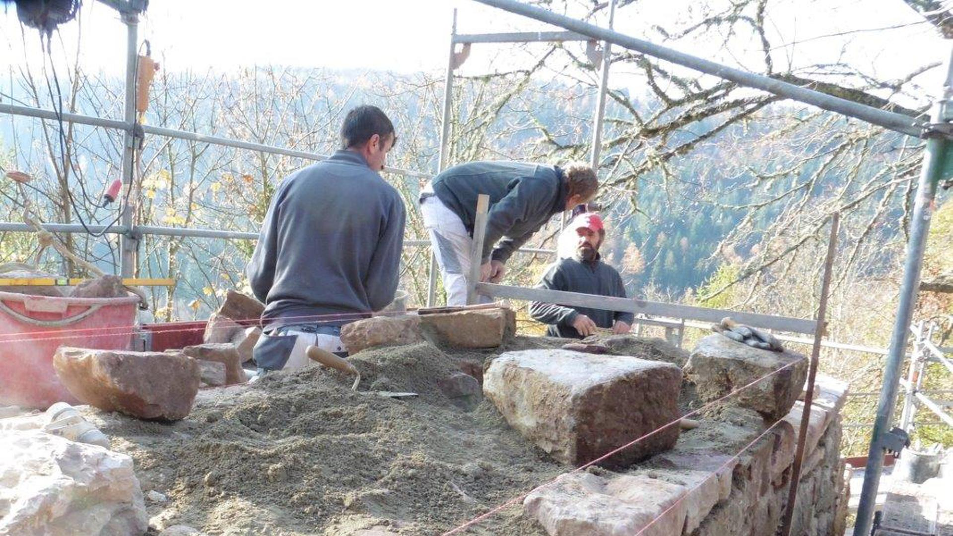 Arbeiten laufen planmäßig: Hier ein Bild des zum Teil fertiggestellten Mauerwerks an der Burgruine Liebeneck. Es fehlt noch die Verfugung, die aufgespritzt wird.