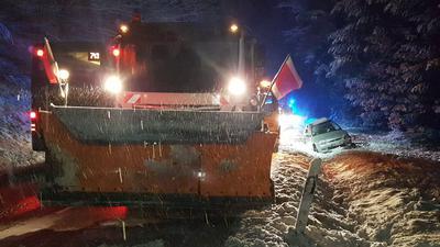 PKW prallt zw Büchenbronn und Grunbach mit der Fahrerseite gegen Winterdienstfahrzeug