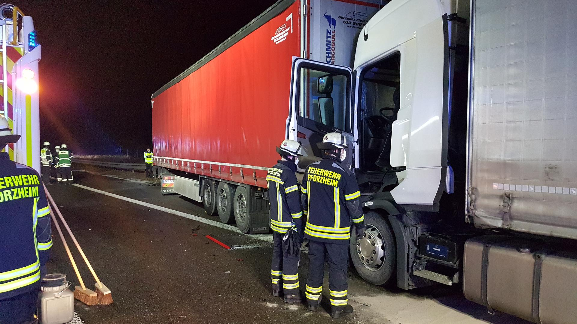 Unfall A 8 bei Pforzheim mit drei Lastwagen
