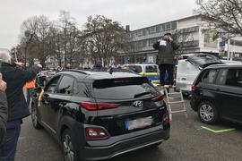 Bernhard Schäfer steht auf einem Podest und versucht den von ihm initiierten Autokorso in den Griff zum bekommen