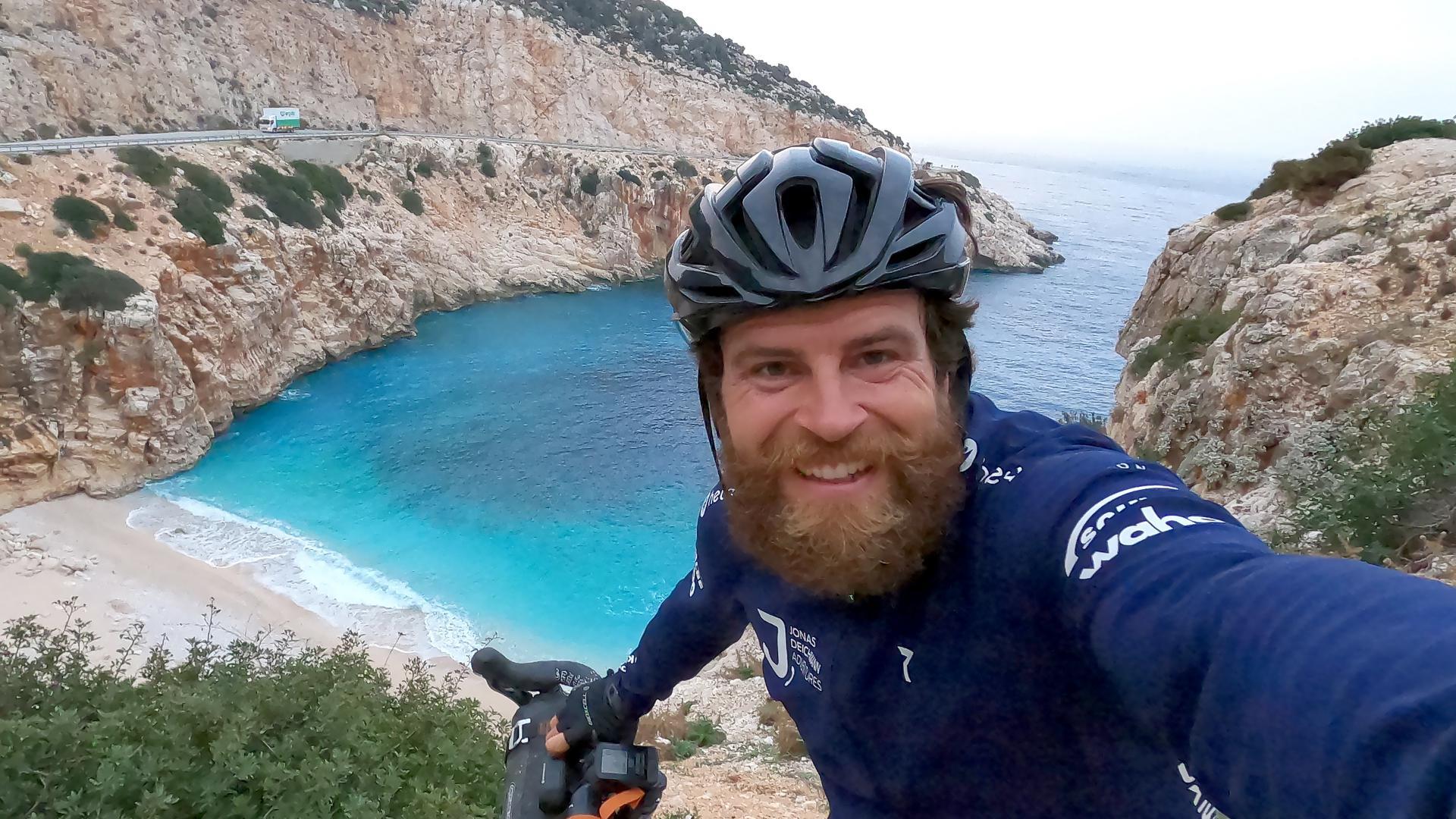 Extremsportler Jonas Deichmann fotografiert beim Training ein Selfie.
