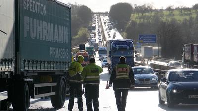 Bei der Auswertung von Lkw-Unfällen bekomme die Polizei von den Lkw-Herstellern nicht immer die Infos, die sie gern hätte, beklagt ein Polizist. Symboldbid.