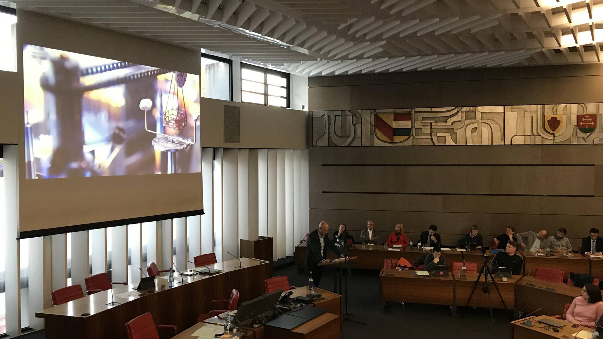 Eine Kettenreaktionsmaschine präsentierte Thomas Hensel im Finanzausschuss, als er die Bedeutung einer Ornamenta für die Stadt Pforzheim erläuterte.