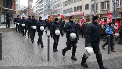 """Ein Großaufgebot der Polizei sichert in der Innenstadt von Pforzheim (Baden-Württemberg) am 23.02.2013 mit mehr als 900 Beamten die Gedenkfeier der Stadt für die Opfer des Bombenangriffs im Jahr 1945. Die """"Initiative gegen Rechts"""" demonstriert gegen eine Mahnwache der Rechtsextremen. Foto: Ralf Stockhoff/dpa +++(c) dpa - Bildfunk+++ 23. Februar 2013 Gedenktag Demo Polizei Kessel Initiative gegen Rechts Foto: eh, Denninger, miba, RW"""
