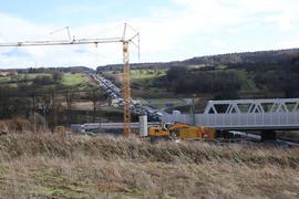 A8-Baustelle Enztalquerung im Februar 2020 mit der neuen Eisenbahnbrücke und Verkehrsstau