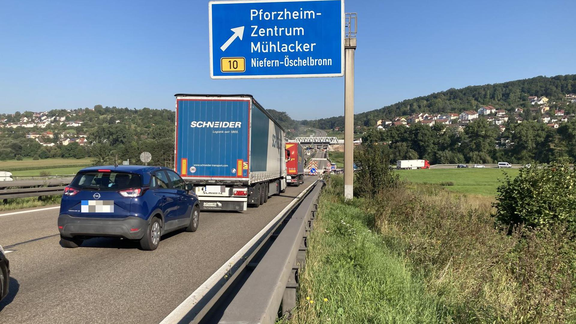 Zäh fließt der Verkehr am Samstagmorgen auf der A8 bei Pforzheim-Eutingen.