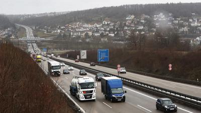 Übersichtsbild der Autobahn A8 bei Pforzheim, der Blick geht bei wolkenverhangenem Himmel hinab ins Enztal