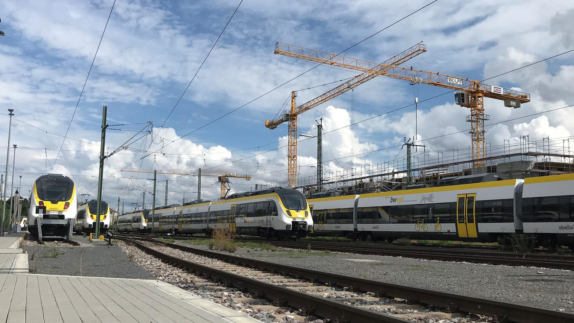 Mehrere Abellio-Züge stehen auf den Gleisen nahe der Werkstatt in Pforzheim (nicht im Bild). Im Hintergrund sind zwei Kräne zu sehen.