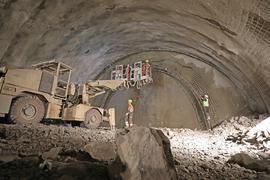 In der Hauptröhre des künftigen Arlingertunnels arbeiten Fachkräfte aus Österreich rund um die Uhr. Hier bereiten sie die nächste Sprengung vor.