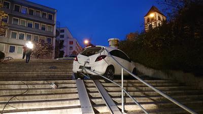 Ein Auto ist in Pforzheim die Treppe beim Blumenhof hinunter gerollt.