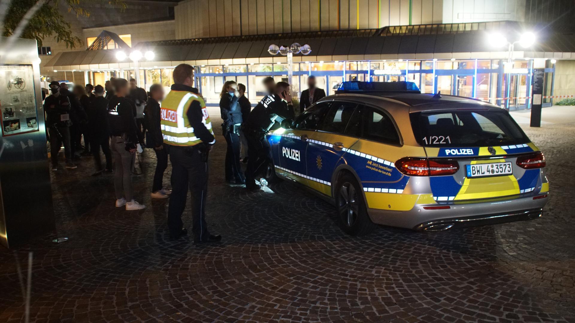 Polizei vor dem Pforzheimer Congresszentrum - Einsatz wegen einer Bombendrohung