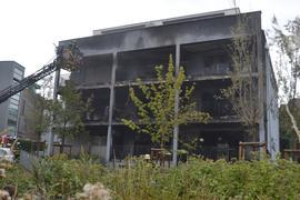 Feuerwehr im Einsatz: Der durch den Brand ausgelöste Schaden ist am Gebäude deutlich erkennbar.