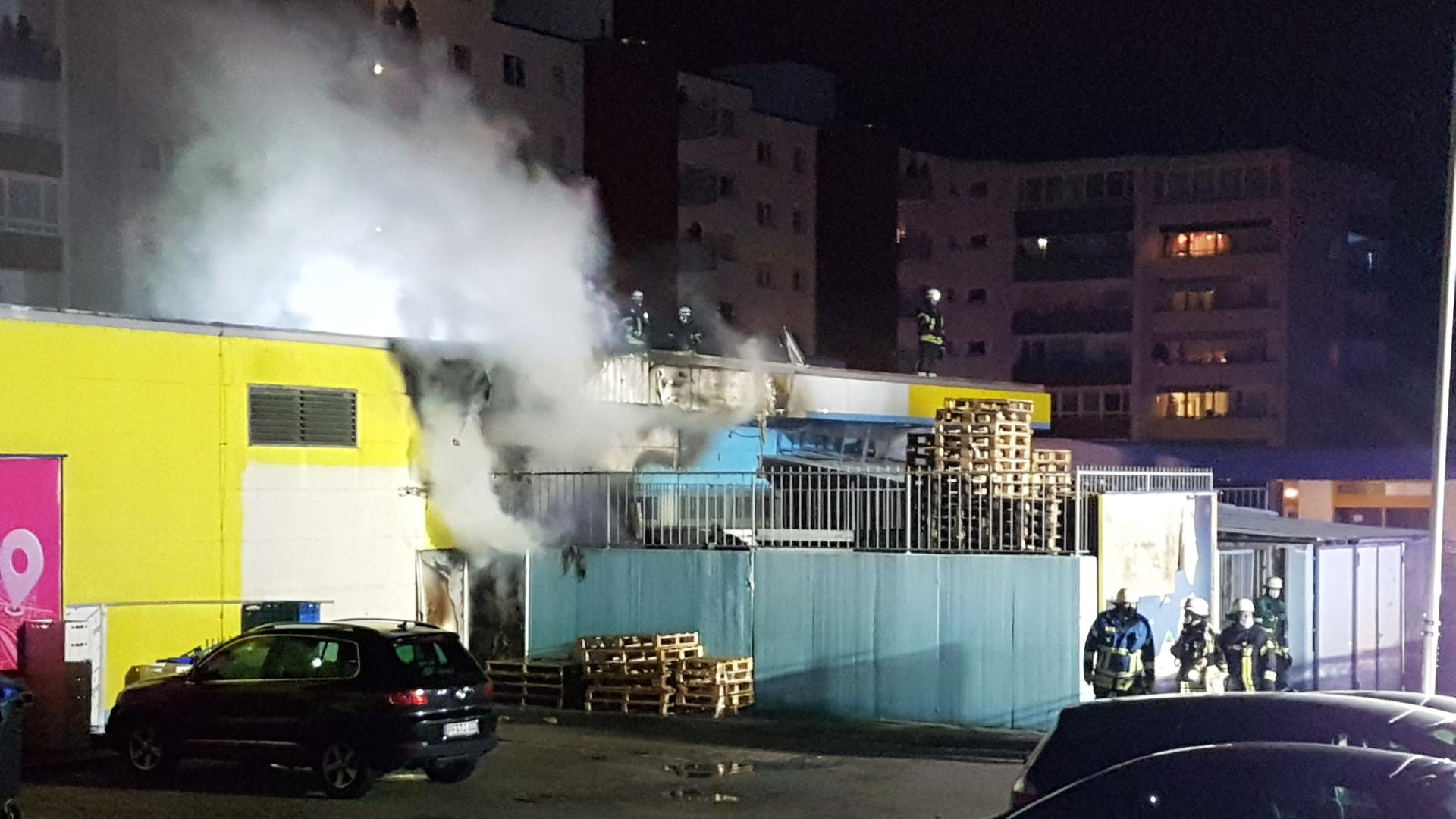 Die Feuerwehr löscht einen Brand bei einem Supermarkt in der Pforzheimer Pillauer Straße.